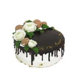 Торт праздничный с бутонами белых роз и макарони