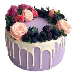 Праздничный торт  с бутонами роз и ягодами голубики и ежевики