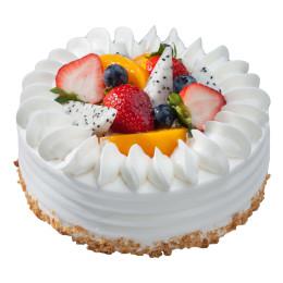 Праздничный торт без мастики с кусочками свежих фруктов и ягод
