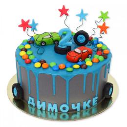 Детский торт с фигурками машинок и колесиками