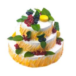 Торт праздничный в три яруса со свежими ягодами и листьями мяты