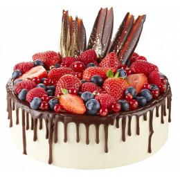 一层的节日蛋糕装饰着新鲜的草莓,蓝莓,葡萄干和复盆子