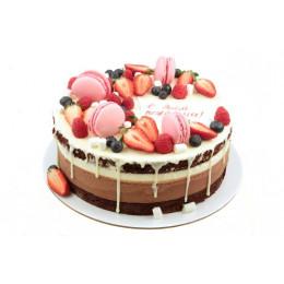Открытый торт праздничный в один ярус покрыт белым шоколадом украшен свежими ягодами и макарунами