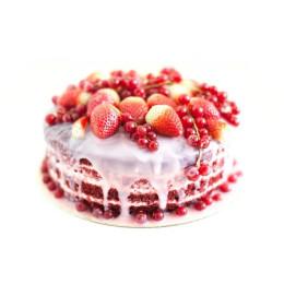 Открытый торт в один ярус покрыт белым шоколадом украшен клубникой и смородиной