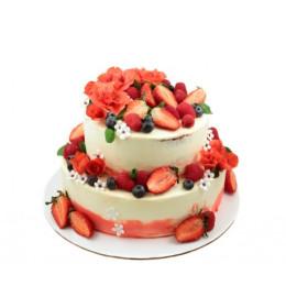 Торт в два яруса украшенный свежими ягодами клубники, голубики и малины также цветами из мастики