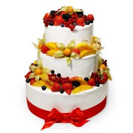 Торт в три яруса украшенный свежими ягодами клубники, голубики, смородины, физалиса и дольками персика