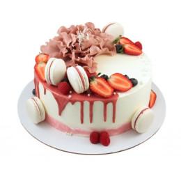 Торт в один ярус с макарунами клубникой, малиной и цветком