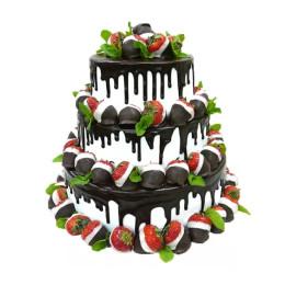 Торт в три яруса украшенный свежими ягодами клубники