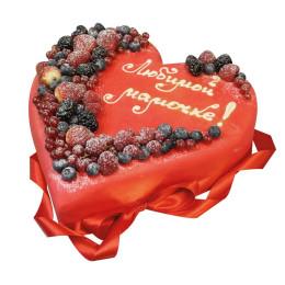 Праздничный торт в один ярус в форме сердца клубники, малины, голубики и смородины