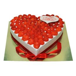 Праздничный торт в один ярус в форме сердца украшенный клубникой
