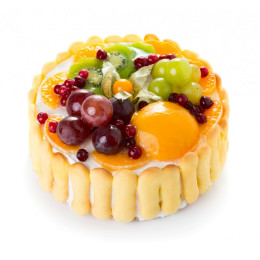 Праздничный торт в один ярус украшенный печенками и свежими ягодами смородиной, киви, виноград, персик, физалис