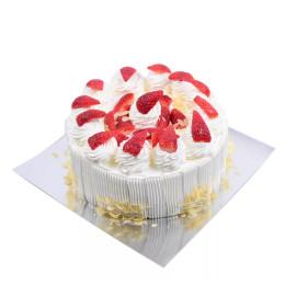 Праздничный торт в один ярус белого цвета украшенный клубникой