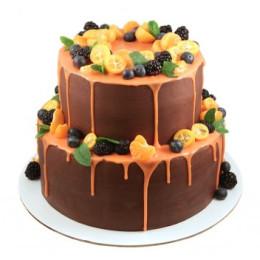 Праздничный торт в два яруса украшенный свежими ягодами голубики и мандарина