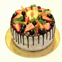 Праздничный торт в один ярус со свежими ягодами клубники, винограда и дольками персика