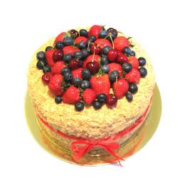 Праздничный торт в один ярус со свежими ягодами клубники, вишни и голубики
