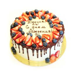 Праздничный торт в один ярус со свежими ягодами клубники, голубики и надписью