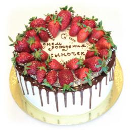 Праздничный торт в один ярус со свежими ягодами клубники и надписью