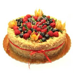 Праздничный торт в один ярус со свежими ягодами малины, физалиса и голубики