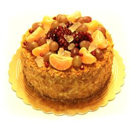 Праздничный торт в один ярус со свежими ягодами винограда, граната и дольками мандарина