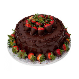 Праздничный торт в один ярус покрытый темным шоколадом украшен свежими ягодами клубники