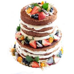 Открытый праздничный торт в два ярус  украшен свежими ягодами клубники, голубики