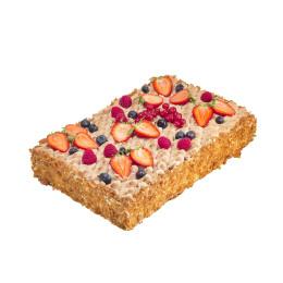 Праздничный торт в один ярус прямоугольной формы со свежими ягодами малины, клубники, смородины и голубики