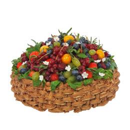 Праздничный торт в один ярус в форме корзинки со свежими ягодами малины, клубники, смородины и голубики