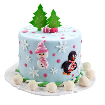Торт на Новый год украшенный аппликациями снеговика и пингвина
