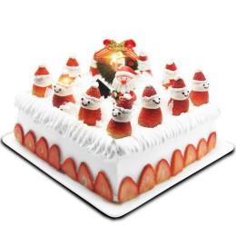 Торт на Новый год украшенный клубничными снеговиками и фигуркой Санта Клауса