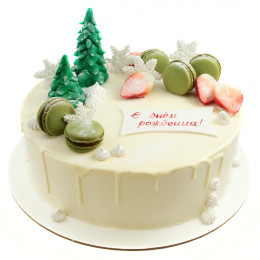 Новогодний торт украшенный фигурками елок и Макарони