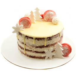 Новогодний торт украшенный макарунами и новогодними игрушками