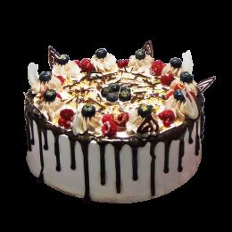 Праздничный торт с небольшим количеством ягод