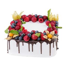广场节日蛋糕与新鲜浆果和酸浆