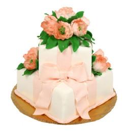 Торт праздничный в два яруса с бутонами нежно-розовых пионов