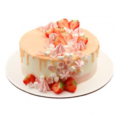 Торт праздничный в глазури персикового оттенка со свежей клубникой