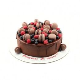与新鲜浆果和巧克力通心粉结冰的节日蛋糕