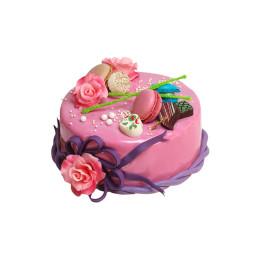 Праздничный торт в розовой глазури украшенный цветами роз и макарони