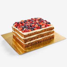 Открытый торт прямоугольной формы с ягодами клубники, черники